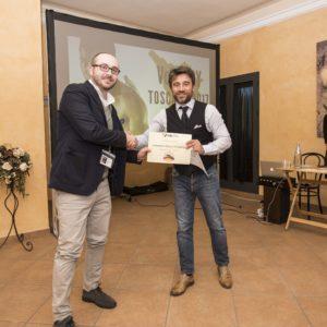 Niccolò Caselli dell'Area Commerciale di S&NT viene premiato da Simone Terreni